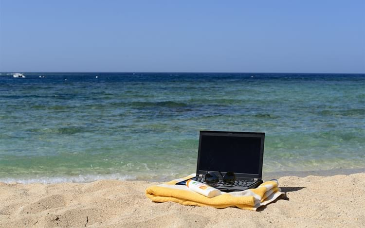 ¿Cómo proteger sus dispositivos tecnológicos de la playa y el mar?